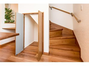 【8号地モデルハウス・階段下収納】 お掃除道具や、家族共有の荷物などを収納するのにあると便利な階段下の収納スペース。デッドスペースを有効に活用しているので、スッキリとした住まいになります。