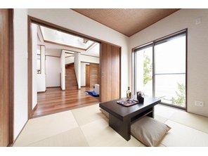【当社施工例】 和室は、急な来客時の客間としてはもちろん、普段はアイロンがけをしたりする家事スペースとしてお使い頂けます。1部屋あると、多目的に使えて大変便利です。