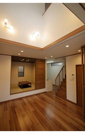 【当社施工例】 和室を一段あげることによってより神聖な空間となります。日本人の心である和室。昔から躾の場所としてであったり、ご来客時の応接室として利用したり、利用方法もたくさんあってとても便利です。