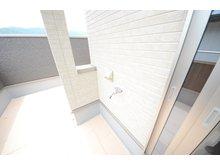 京都市北区 上賀茂中山町 分譲地  【一戸建て】 水栓と電源付きのバルコニー。お掃除やプール遊びにも使えます。5帖分の広さを確保、眺めも良くタイル敷で、イスを置いても落ち着ける場所になりそうです。(12号地)