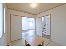 ~京都市北区 上賀茂中山町 分譲地 ~ 【一戸建て】 床の間のある、掘りごたつ仕様の和室です。畳でフタをしてフラットでもご使用頂けます。お子様の宿題や、お昼寝の場所にも最適です。(10号地)