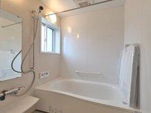 【橋本不動産】~杉浦町・全棟ZEH仕様の分譲住宅~ ≪360°パノラマ公開中≫ 【一戸建て】 【2号地】浴室 ゆったりと脚を伸ばせる1616サイズ 浴室乾燥機付き。洗濯物が多い時、忙しい時の奥様の家事をラクラクお手伝い。時間にゆとりができると豊かな気持ちになります♪