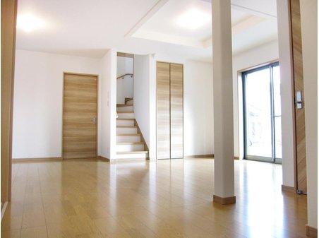 野洲市 冨波乙野田 分譲地 【一戸建て】 リビングは和室とつなげると、約24帖の広い空間としてお使い頂けます。 (Ⅰ期25号地) リビング階段設計で、キッチンで調理中も家族のただいまの顔が見えます。