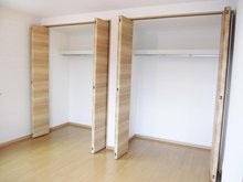 主寝室には、壁一面にクローゼットを配置。 (Ⅰ期25号地)ご夫婦で分けてお使い頂く事も出来ます。