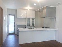 浄水器、食洗機搭載のキッチン。調理スペースまでフラットなカウンターで、拭き掃除もしやすく綺麗に保てます。(Ⅰ期22号地)
