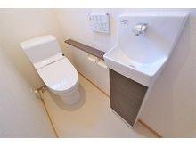 【橋本不動産】野洲市 冨波乙野田 分譲地 【一戸建て】 【25号地・1階トイレ】 手洗い、カウンター付きトイレ。使いやすく、カウンターには小物も置いて頂けます。 トイレは2カ所設けているので混み合う時間帯も安心です。
