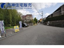 桜が丘西町1(栄駅) 3000万円 前面道路は幅員約6mです。交通量は少なく、周辺は桜が丘の閑静な住宅地です。現地(2021年4月2日)撮影
