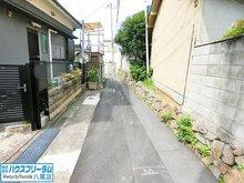 恩智中町5(恩智駅) 2680万円 前面道路☆ 近鉄大阪線「恩智駅」まで徒歩10分(約800m)となっておりますので、ご主人様の通勤やお子様の通学には非常に便利です♪ 交通量も多くはありませんので、小さなお子様には安心です☆