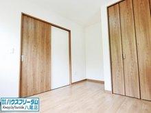 田辺2(大阪教育大前駅) 1988万円 全居室収納付きとなっておりますので、お荷物が広がらずスッキリとしたお部屋になりそうですね♪ 日当たり、風通しが良いので朝、気持ちよく起きることができそうです♪ 床は全居室フローリングとなっております!