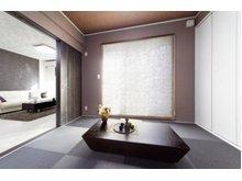 【当社施工例】めずらしい黒の琉球畳の和室です!スタイリッシュで斬新なイメージの和室になっております!アクセントカラーの壁紙もお部屋の雰囲気に合っていてシックでとても素敵ですよ♪