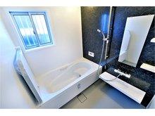 大津市 唐崎西Ⅰ期Ⅱ期ニュータウン 【一戸建て】 ゆったり感のある1618サイズ(1.6m×1.8m)の洗い場側が広いタイプの為、お子様やペットとご一緒の入浴も広く使えて便利です。(Ⅰ期7号地)