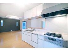 大津市 下阪本2丁目ニュータウンⅠ期Ⅱ期 【一戸建て】 【 I 期 - 44号地】 キッチン・ダイニング・リビングがL字型に配置されたLDKは、それぞれのスペースを明確に利用しやすい間取りです。