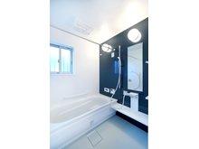 大津市 下阪本2丁目ニュータウンⅠ期Ⅱ期 【一戸建て】 【 I 期 - 44号地】 1618サイズ(1.6m×1.8m)の洗い場側が広く、お子様やペットとご一緒の入浴も広く使えて便利な浴室。