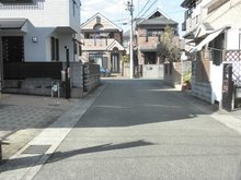 南野1(稲野駅) 4580万円 現地 ■広々前面道路車庫入れもらくらくです! ■広々間口で大型車も駐車可能です!自転車・ミニバイク置場スペースもございます。
