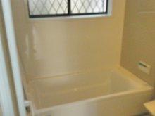 ◆ライクタウン南野1丁目中古リフォーム済み住宅 システムバス1坪タイプ新調致しました・浴室乾燥機付きです。  お手入れお掃除も簡単です。入口はバリアフリーです メタルヘッドシャワーです。