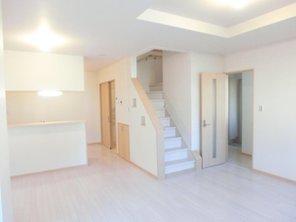 帰宅した家族の顔が見れる設計に。キッチン横のリビング階段。(36号地)