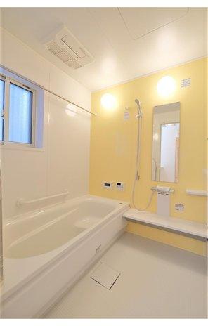 【プライスダウン!】自然と共にゆったり暮らせる ≪大津市 大石中グリーンタウン≫ 【一戸建て】 お子様と一緒に入ってもゆとりの広さ。パステル調のパネルが癒しを演出。浴室乾燥機や自宅でサウナ気分のミストカワックも完備。(36号地)
