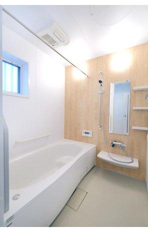 【橋本不動産】 大津市 大石中グリーンタウン~自然と共に暮らせる住環境~ 【一戸建て】 【34号地・浴室】 ゆったりと脚を伸ばせる1616サイズ(1.6m×1.6m)のPanasonic製の浴室を標準装備。 断熱性のある浴槽で冷めにくく、入浴時間の異なるご家族でも温かいまま入浴出来ます。
