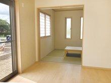内障子からやわらかな光が差し込む、床の間付きの本格的な和室は堀こたつ仕様です!(Ⅱ期24号地)