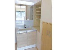 洗面台横の棚と、階段下収納付きの洗面室。(Ⅱ期24号地)