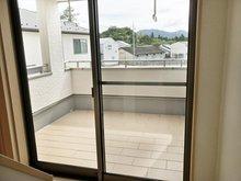 メインバルコニーは贅沢なタイル敷き仕様。共用のホールから出入り出来て便利です。 (Ⅱ期24号地)
