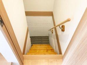 地下収納庫へ降りる階段。安全に運び入れしていただける様に階段と手すりを付けています。(Ⅱ期36号地)