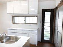 キッチン背面の窓、勝手口から優しい光が差し込む明るいキッチン。収納も充実しているのでスッキリ片付きます。(Ⅱ期7号地)
