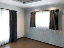 バルコニーに繋がる主寝室は折り上げ天井と間接照明付き。高級感と落ち着きの空間です。(Ⅱ期7号地)