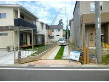 水口町鹿深(ろくしん)ニュータウンⅠ期Ⅱ期 【一戸建て】 専用道路にも芝生を植え美しく整えました。