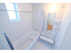 【橋本不動産】 寝屋川市 南水苑町 ~開放的なキッチン、バルコニーのある暮らし~ 【一戸建て】 ゆったり寛げるゆとりのある広さのシステムバス。お子様の入浴からパパの入浴までお湯が冷めにくい保温浴槽です。