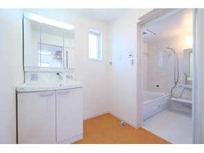 【橋本不動産】 寝屋川市 南水苑町 ~開放的なキッチン、バルコニーのある暮らし~ 【一戸建て】 洗面化粧台は三面鏡を採用。身だしなみを整えやすい事はもちろんですが、鏡の後ろに設けた収納スペースで、散らかりやすい洗面スペースをすっきりさせる事が出来ます。