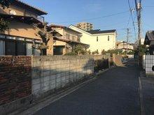 牛田本町5(牛田駅) 8200万円 現地(2021年2月)撮影 前面道路は南側なので 2月末の17時でもこの陽当たりです。