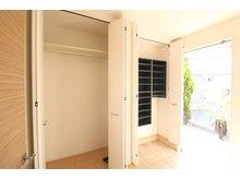 引野町南3 2880万円 玄関横に配置された大容量のシューズインクローゼットは洋服をかけたり、外で使うモノをまとめて収納でき玄関をスッキリ使っていただけます。