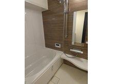 ロータリープラザ博多駅東 ウッド調の壁が調和する浴室。 足も伸ばせるゆったりサイズの新品浴槽です♪