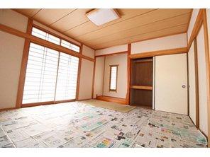 北区梶尾町 中古戸建 畳がやけないように新聞紙を敷いております。 床の間、押し入れとあります。 客間にもお子様の遊びスペースにもなります!