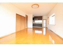 梶尾町(三ツ石駅) 1650万円 リビングはピカピカになっております♪ 使い勝手の良い長方形の形でリビングテーブルとダイニングテーブルが置きやすい窓の位置だったりします!