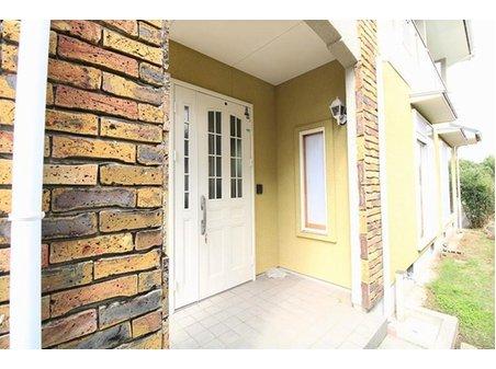 北区梶尾町 中古戸建 レンガ調の玄関。 ホワイトの扉がここまで似合うお家も少ないですよ! 人とは違った満足感♪