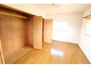 北区梶尾町 中古戸建 寝室におすすめなお部屋は収納が豊富♪ 角部屋なので窓も多いのが特徴です!