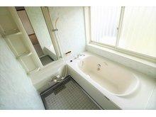 北区梶尾町 中古戸建 1坪タイプのお風呂でゆったりとくつろげるサイズ感。窓も大きく換気などもしやすくなっております♪