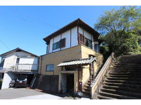 大字神崎(西大分駅) 650万円 中央の家になります。左の戸建は隣家となります。右の広い階段は隣地の方となります。